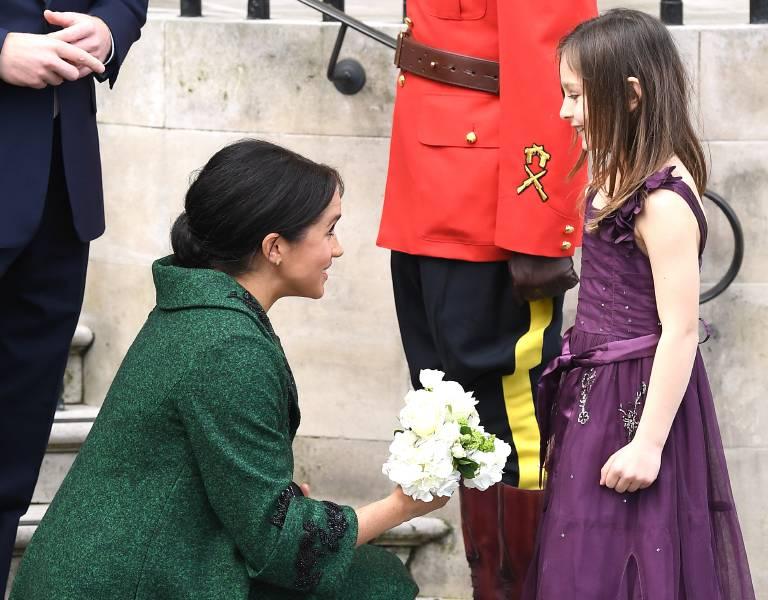 Süß: Herzogin Meghan nimmt sich Zeit, um mit ihrem kleinen Fan zu plaudern.  ©imago/PA Images