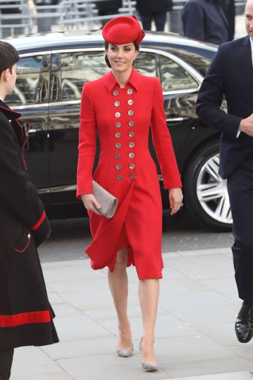 Herzogin Kate betonte ihre grazile Figur in dem knielangen Mantelkleid.  ©imago