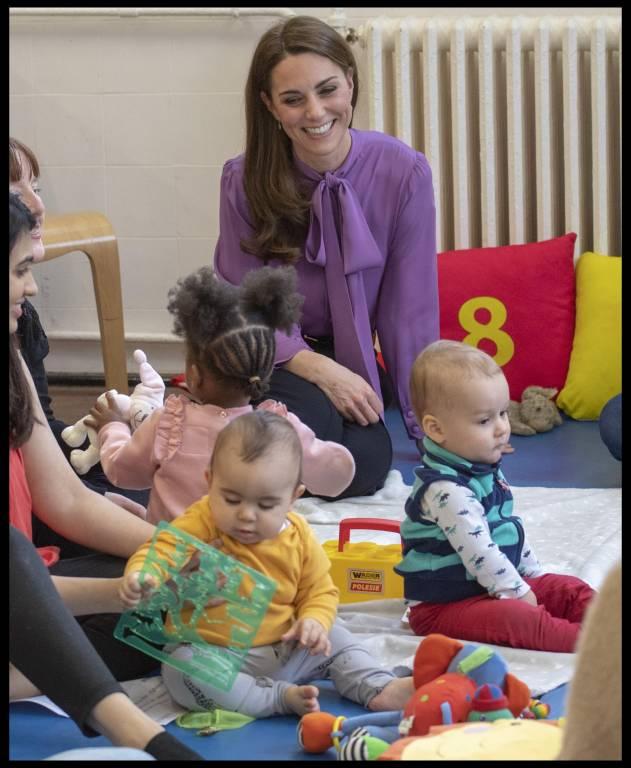 Herrlich unprätentiös: Herzogin Kate machte es sich auf einer Krabbeldecke gemütlich und spielte mit den Kindern.  ©imago/i Images
