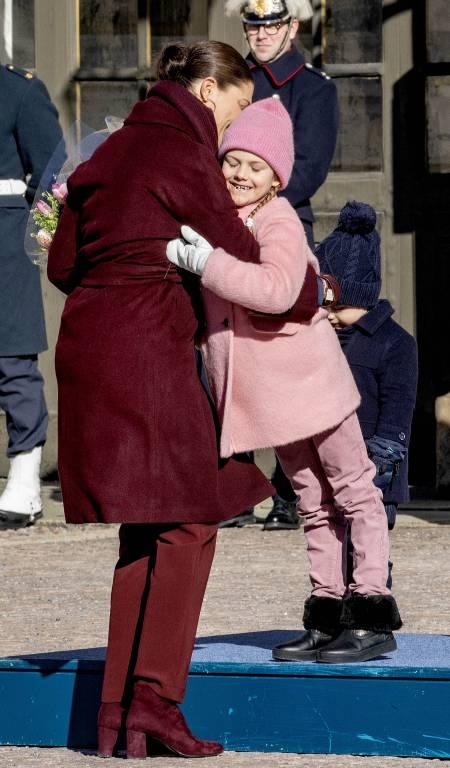 Prinzessin Estelle gratuliert ihrer Mama zum Namenstag und drückt sie ganz fest.  ©imago/PPE