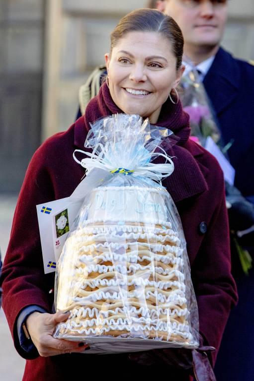 Von einem Fan bekam Kronprinzessin Victoria diese mehrstöckige Torte geschenkt. ©imago/PPE