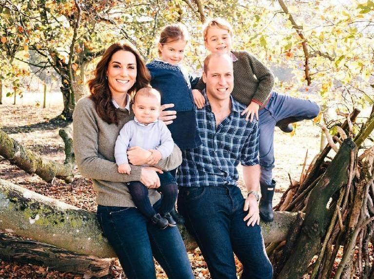 Prinz William mit seiner Frau Herzogin Kate und den drei gemeinsamen Kindern Prinz George, Prinzessin Charlotte und Prinz Louis.  ©imago/Starface
