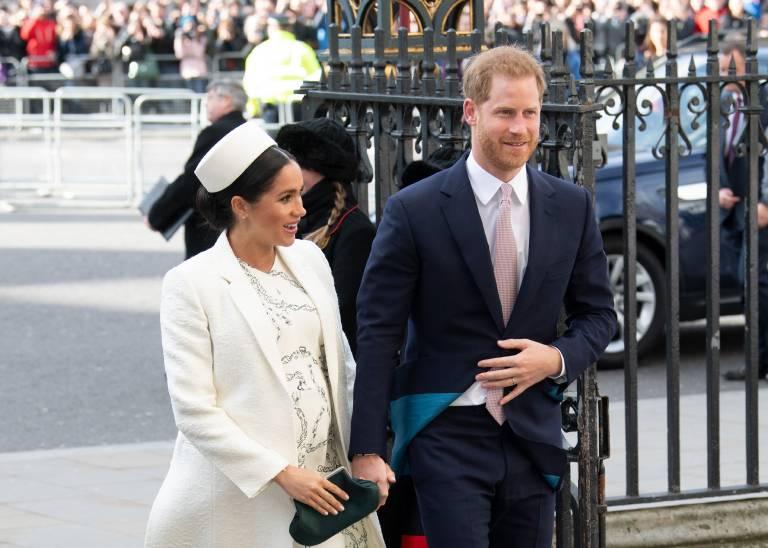 Als Taufpate kann Prinz Harry schon einmal üben, was es heißt, ein kleines Baby zu versorgen.  ©imago/i Images