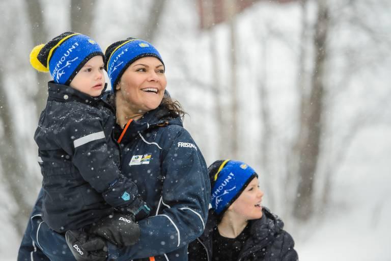 Victoria kuschelt mit ihrem dreijährigen Sohn während der WM in Östersund.  ©imago