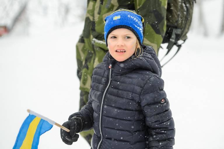 Prinzessin Estelle trägt auch eine Mütze in den Landesfarben und zeigt so ihre Unterstützung für die schwedischen Sportler.  ©imago