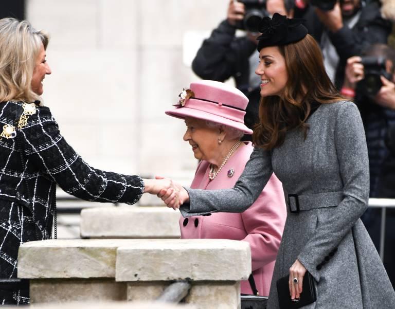 Herzogin Kate und Queen Elizabeth versprühen gute Laune beim Besuch des King's College.  ©imago/PA Images