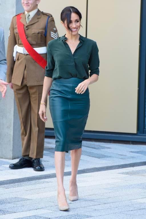 Herzogin Meghan besuchte im Oktober 2018 die Grafschaft Sussex . Die dunkelgrüne Bluse von Other Stories und der enge Lederrock von Hugo Boss sind eine gelungene Kombination.  ©imago