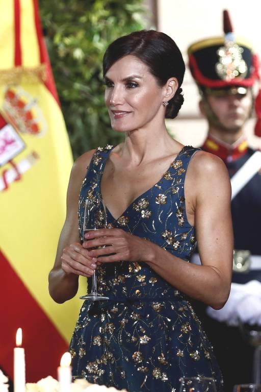 Mit ihrer edlen Frisur rundet Königin Letizia das Outfit perfekt ab.  ©imago/Agencia EFE