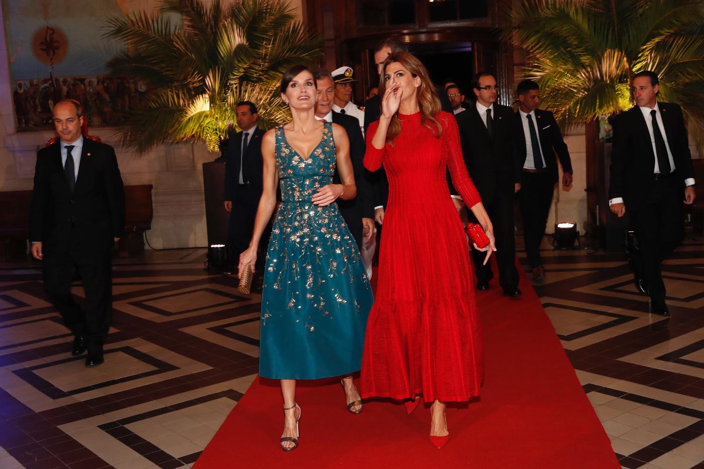 First Lady Juliana Awada und Königin Letizia unterhalten sich wie alte Freundinnen.  © Casa de S.M. el Rey