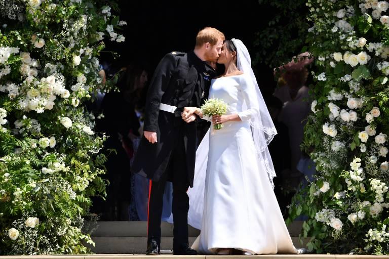 Ein Kuss besiegelt ihre Liebe: Herzogin Meghan und Prinz Harry heiraten in der St George's Kapelle.  ©imago
