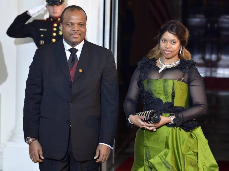 König Mswati mit seiner Ehefrau Inkhosikati (Königin) La Mbikiza alias Sibonelo Mngomezulu.  © imago/UPI Photo