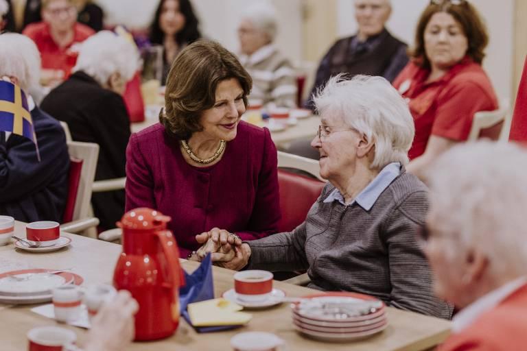 Echte Anteilnahme: Königin Silvia spricht mit einer Bewohnerin vom St. Anna-Stift.  ©Imago/Nordphoto