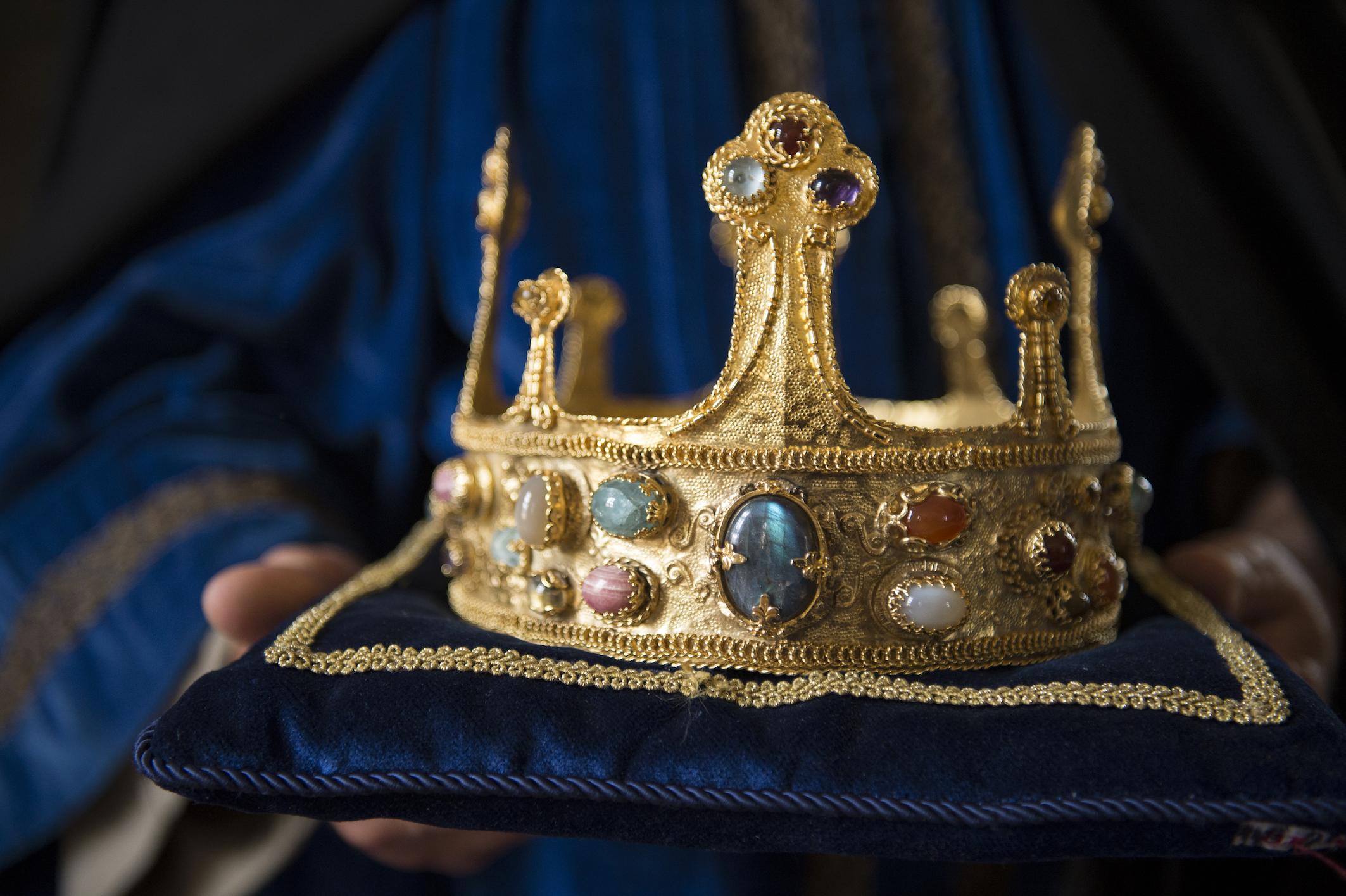 Ruhmsucht, Gier und Größenwahn: Europas Geschichte ist geprägt durch den Machthunger seiner Könige. Im Hundertjährigen Krieg kämpfen die Herrscher von England und Frankreich um den Thron. Die Feindschaft zwischen Philipp VI. und Edward III. löst im 14. Jahrhundert einen der längsten Kriege aller Zeiten aus. Aber nicht nur auf dem Schlachtfeld herrscht Gewalt. Intrigen, Mord, Geiselnahme und Verrat sind die Mittel, um den Rivalen vom Thron zu stoßen.  ©ZDF/Bertrand Goujard