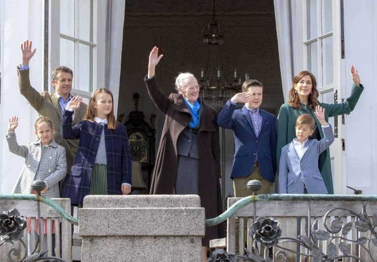 Die dänische Königsfamilie grüßt die wartenden Menschen vom Palastbalkon.  ©Imago