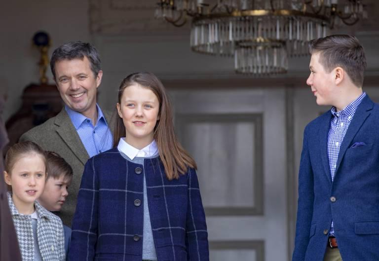 Den Mantel kennen wir doch! Zum Ehrentag von Königin Margrethe durfte sich Prinzessin Isabella im Kleiderschrank ihrer Mutter bedienen. Prinzessin Josephine trägt dagegen den Mantel ihrer großen Schwester auf.  ©imago