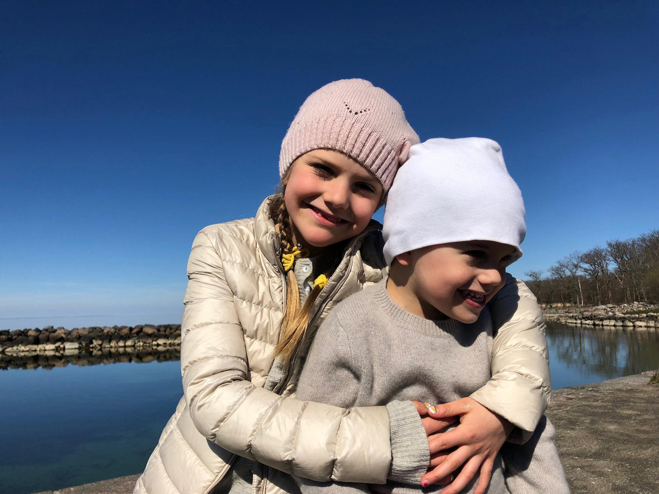 Wahre Geschwisterliebe: Prinzessin Estelle kuschelt mit ihrem Bruder Prinz Oscar.  ©H.K.H. Kronprinsessan
