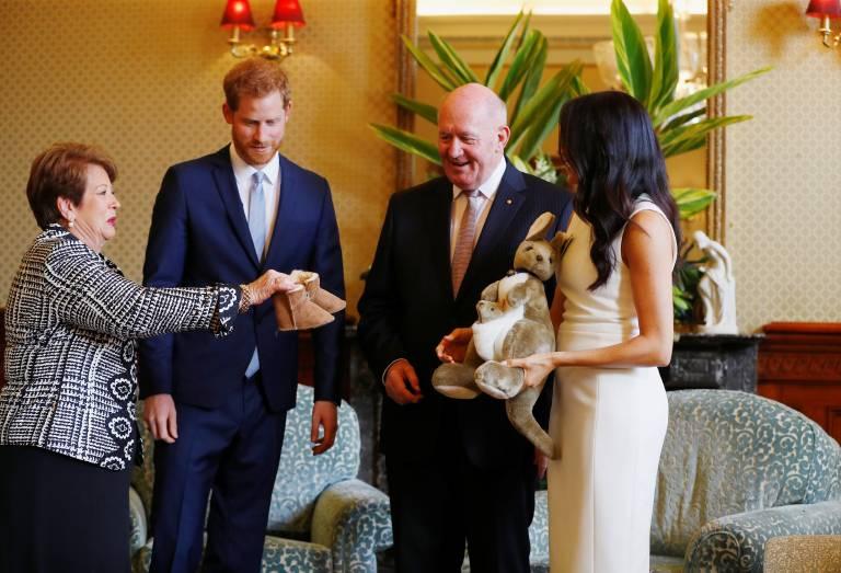 Peter Cosgrove und seine Frau Lady Lynne überreichten Baby Uggs und ein Känguru-Stofftier.  ©imago images / PA Images