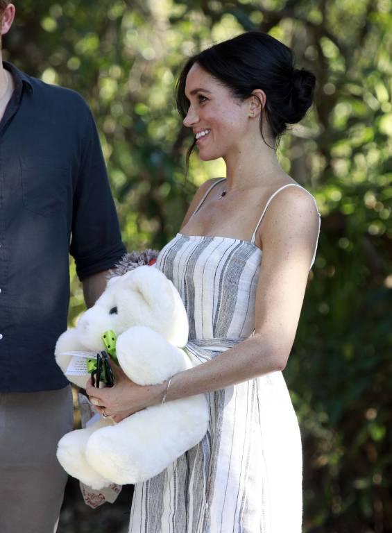 In Queensland bekam Herzogin Meghan ein Stofftier für ihr ungeborenes Baby überreicht.  ©imago images / Matrix