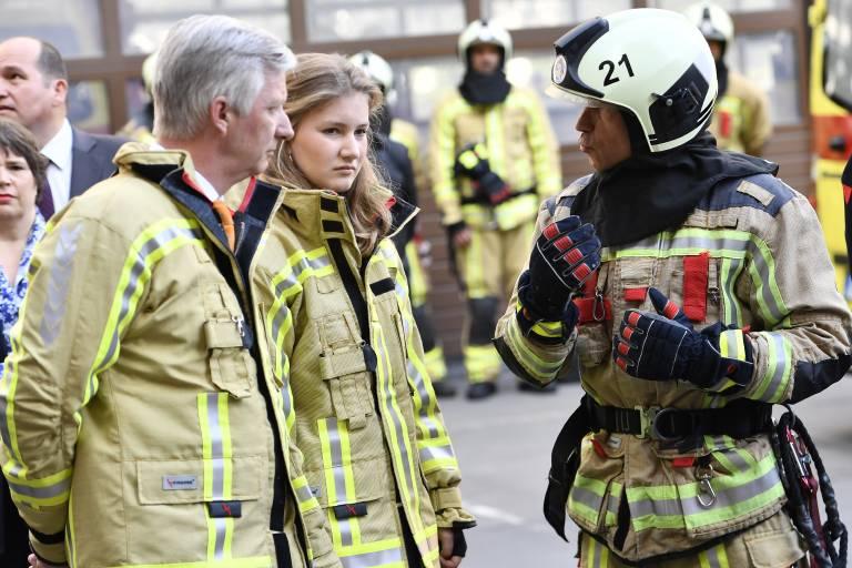 Konzentriert lauscht Prinzessin Elisabeth dem Feuerwehrmann.  ©imago images / Belga