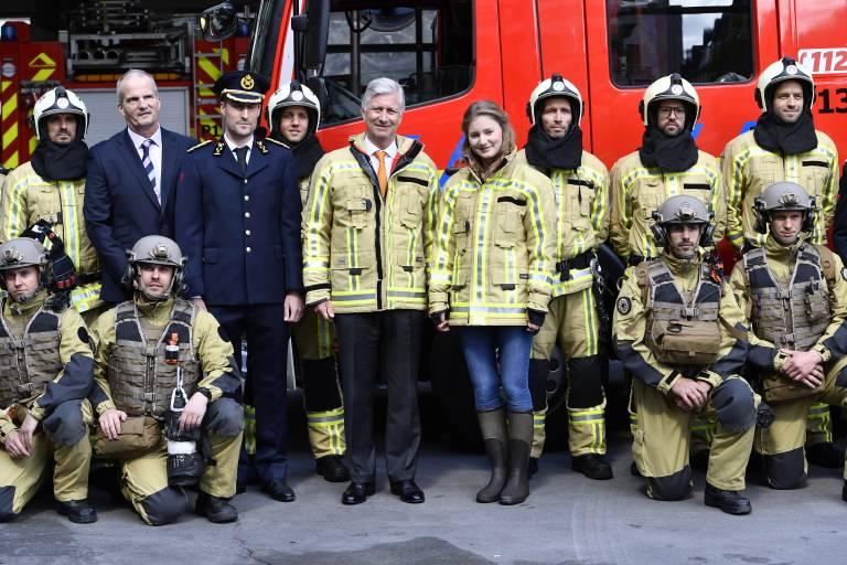 König Philippe und Prinzessin Elisabeth posieren in Feuerwehrmontur für das Erinnerungsfoto.  ©imago images / Belga