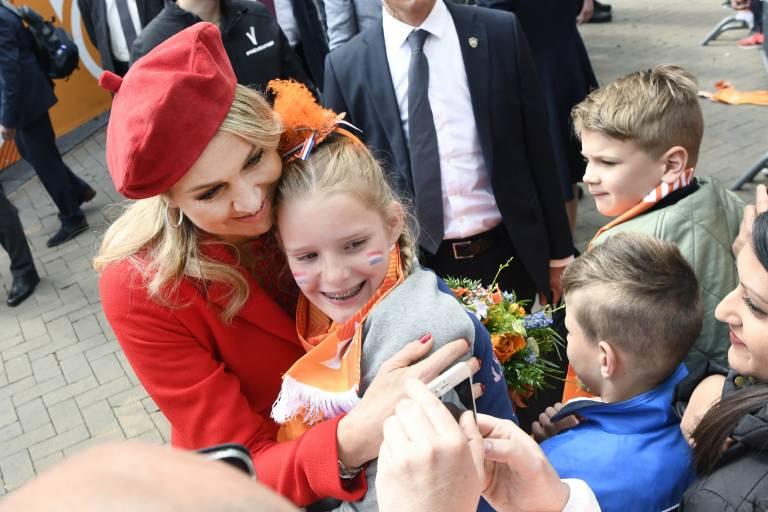 Herzlich drückt Königin Maxima einen Fan.  ©imago images / PPE