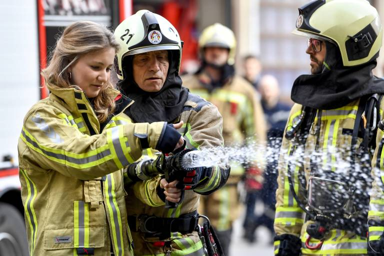 Prinzessin Elisabeth ist sich für nichts zu schade und packt bei der Feuerwehr mit an.  ©imago images / Belga