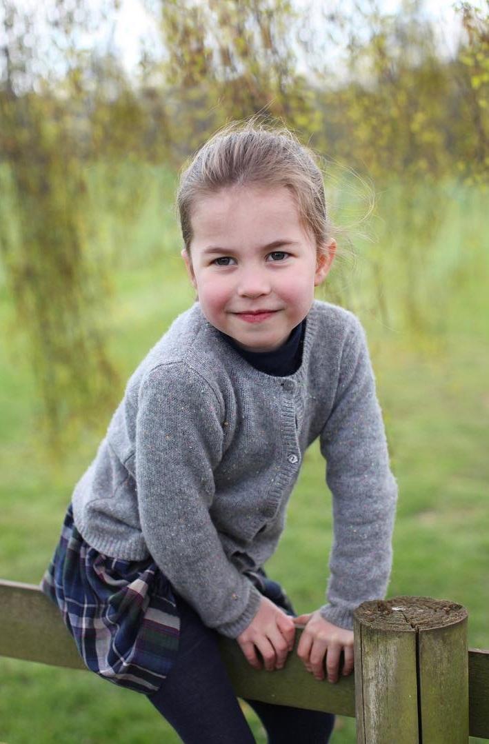 Selbstbewusst blickt Prinzessin Charlotte in die Kamera. Die Ähnlichkeit zu Queen Elizabeth wird besonders deutlich.  ©Herzogin Kate / Kensington Palace