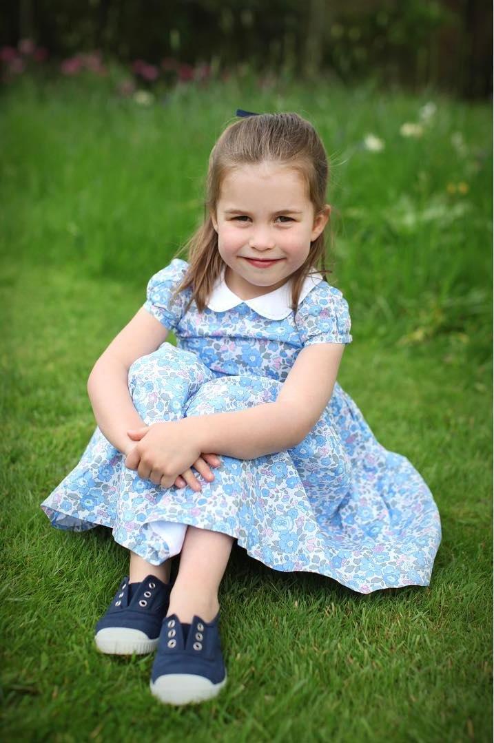 """Prinzessin Charlotte trägt das Kleid """"Betsy Dress"""" der Marke """"Trotters"""" für 83 Euro.  ©Herzogin Kate / Kensington Palace"""