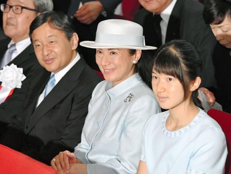 Kaiser Naruhito und Kaiserin Masako mit ihrer einzigen Tochter Prinzessin Aiko. Die 17-Jährige wird in der Thronfolge nicht berücksichtigt, weil sie ein Mädchen ist.  ©imago images / Kyodo News