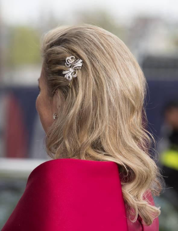 Ein edler Look: Die nach hinten toupierten Haare ergänzt Maxima mit einer funkelnden Spange.  ©imago images / ELIOTPRESS.ONLINE