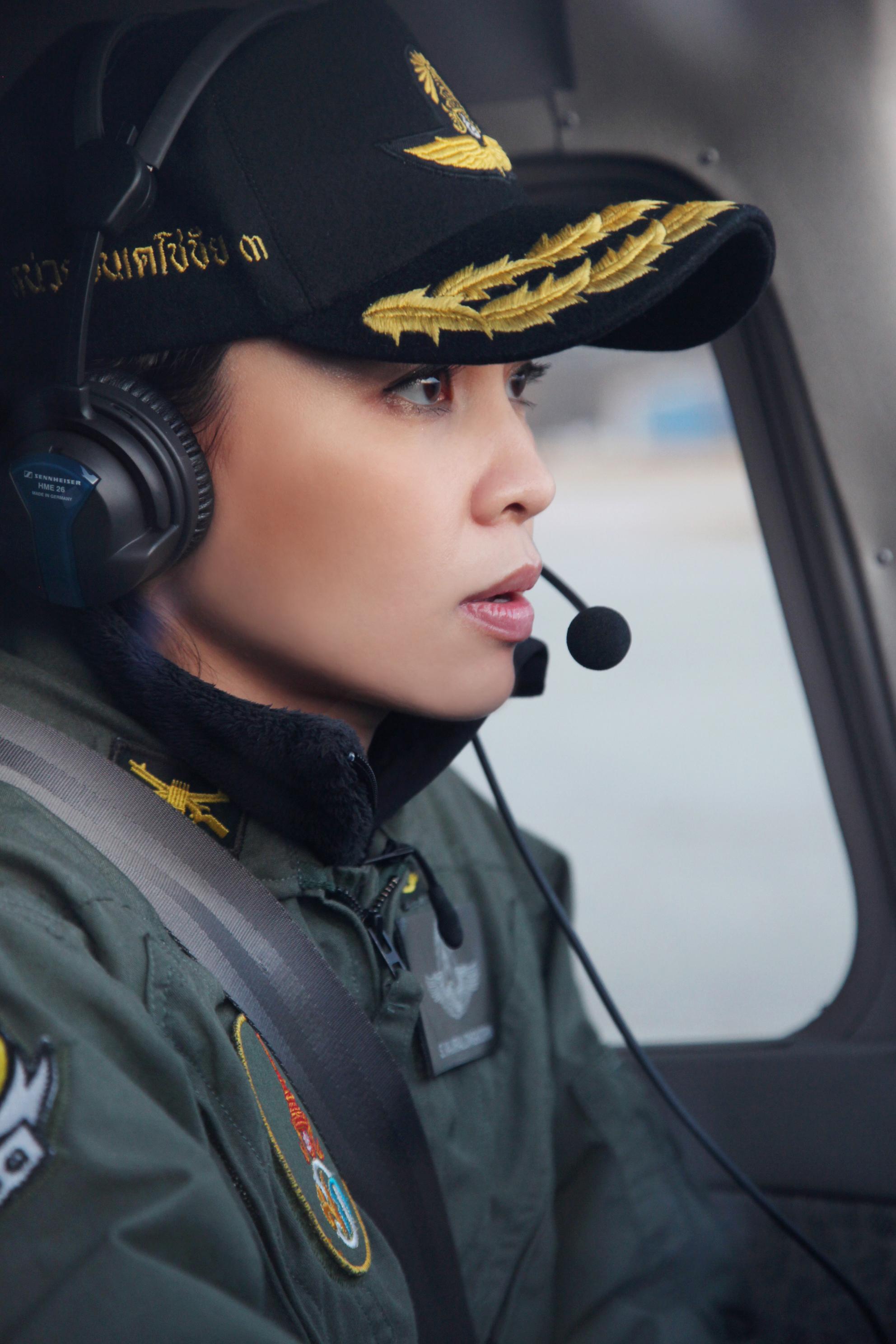 König Rama war früher Pilot für Thai Airways. Dort lernte er auch Suthida kennen. Auch sie sitzt gerne im Cockpit.  ©Public Relations Department Thailand