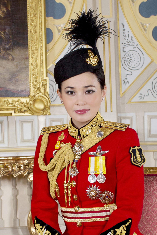 Die neue Königin tritt in die Fußstapfen ihrer Schwiegermutter. Auch Sirikit zeigte sich früher in Uniform.  ©Public Relations Department Thailand