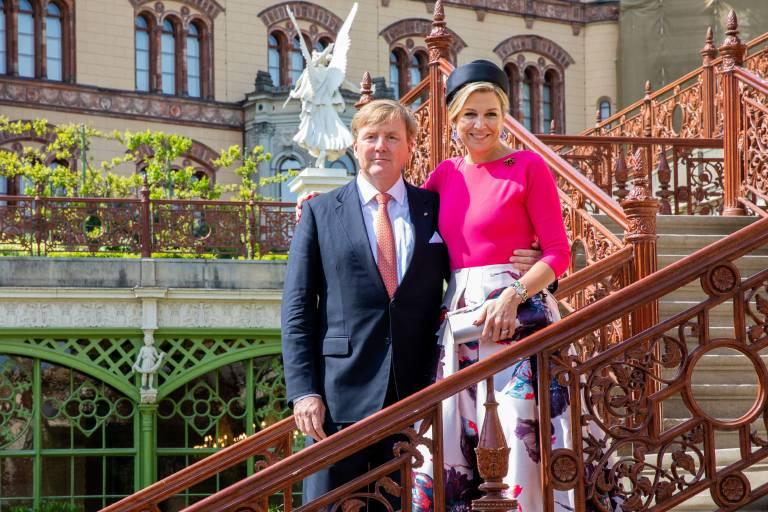 Das niederländische Königspaar posiert vor Schloss Schwerin.  ©imago images / Hollandse Hoogte