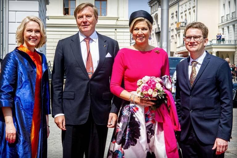Manuela und Stefan Schwesig begrüßen Willem-Alexander und Maxima vor der Staatskanzlei. Die Königin trägt ein Ensemble von Natan.  ©imago images / Hollandse Hoogte