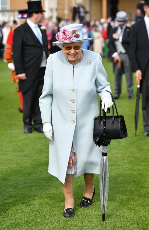 Queen Elizabeth trug wegen ihrer lichtempfindlichen Auge eine Sonnenbrille.  ©imago images / i Images
