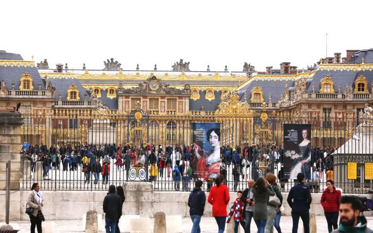Unter der Herrschaft Ludwigs XIV. war Versailles eine ständige Baustelle. Danach wurde es von den aufeinanderfolgenden Bewohnern unaufhörlich umgewandelt, deswegen hat es nur sehr entfernte Ähnlichkeit mit dem des Sonnenkönigs.  ©imago images / Xinhua