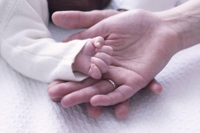 Nicholas Medforth-Mills hat sich zu seiner dreijährigen Tochter Iris bekannt (Symbolbild).  ©imago images / PhotoAlto