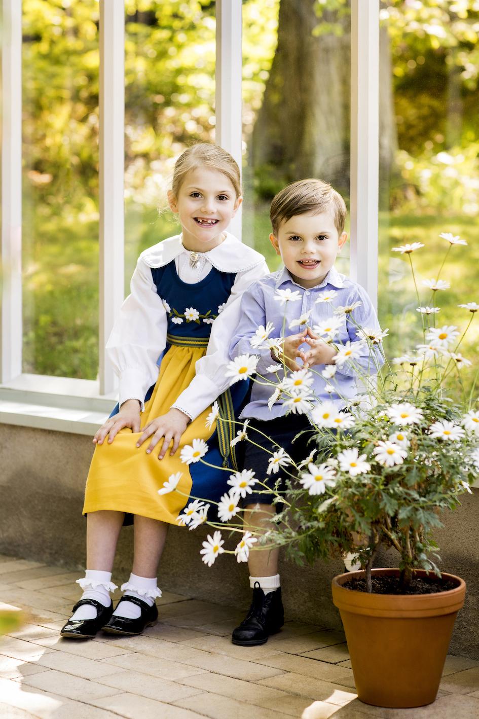 Prinzessin Estelle sieht in ihrer Tracht einfach niedlich aus. Doch Prinz Oscar stiehlt ihr mit seiner Merkel-Raute glatt die Show.  © Linda Broström Kungl. Hovstaterna