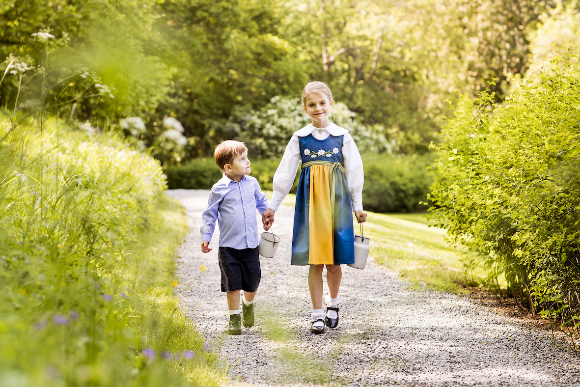 Estelle und Oscar spazieren durch den Schlossgarten um Blumen zu pflücken.  © Linda Broström Kungl. Hovstaterna