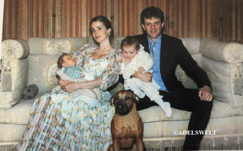 Prinzessin Ekaterina und Prinz Ernst August zeigen ihre Kinder Welf August und Elisabeth auf einem neuen Familienfoto.  © ADELSWELT / Haus Hannover