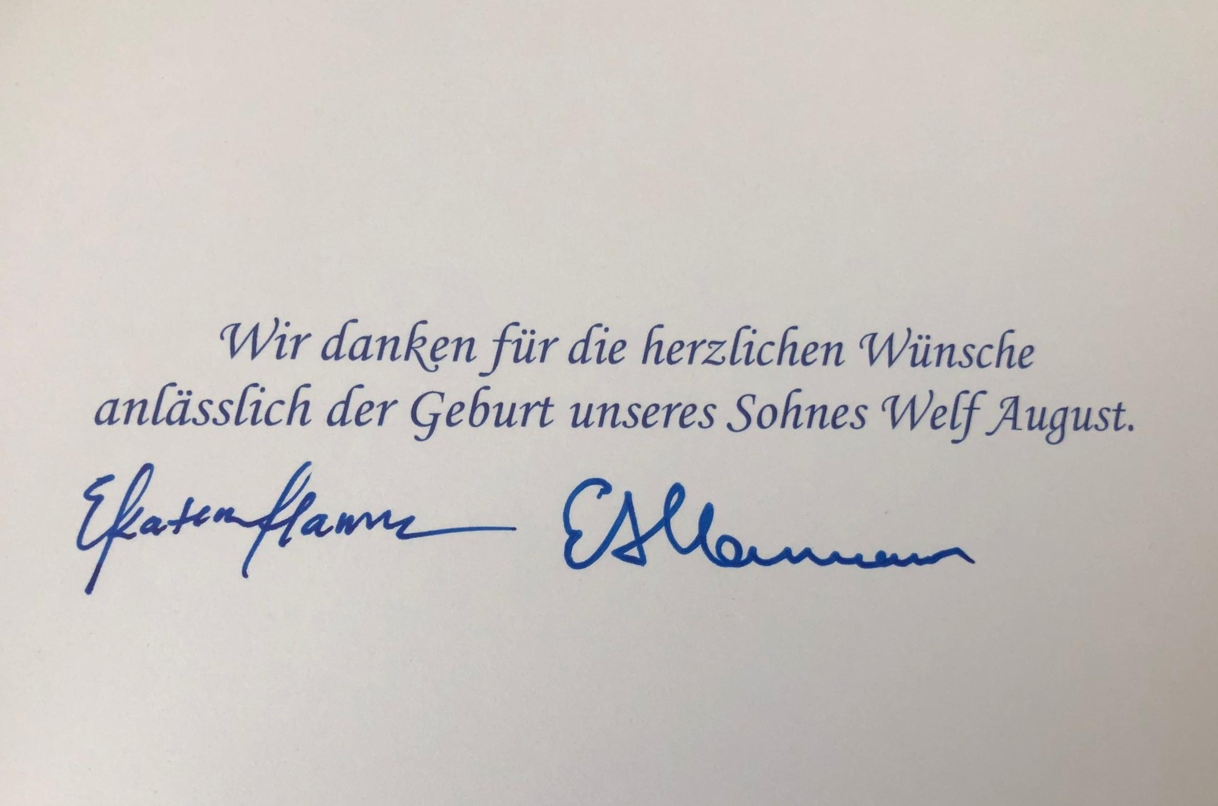 Prinzessin Ekaterina und Prinz Ernst August unterschrieben die Dankeskarte persönlich.  ©ADELSWELT