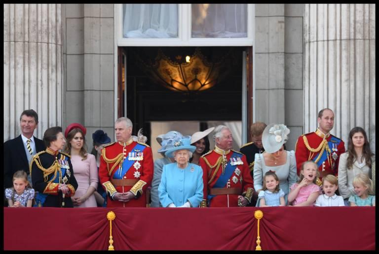 Viele Briten freuen sich auch auf diesen Moment: Die Königsfamilie versammelt sich auf dem Balkon des Buckingham Palace, um der Fliegerstaffel der Royal Air Force zuzuschauen.  ©imago images / i Images