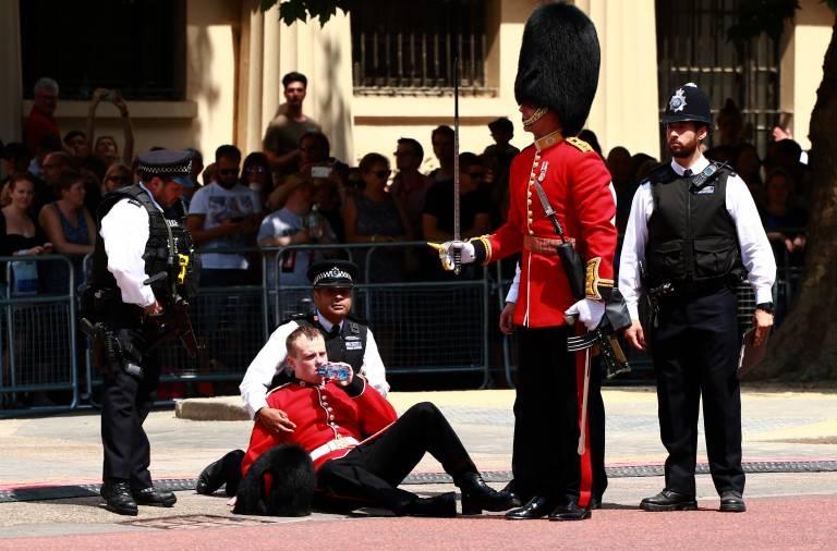 Immer wieder werden Soldaten ohnmächtig und müssen versorgt werden.  ©imago images / Paul Marriott
