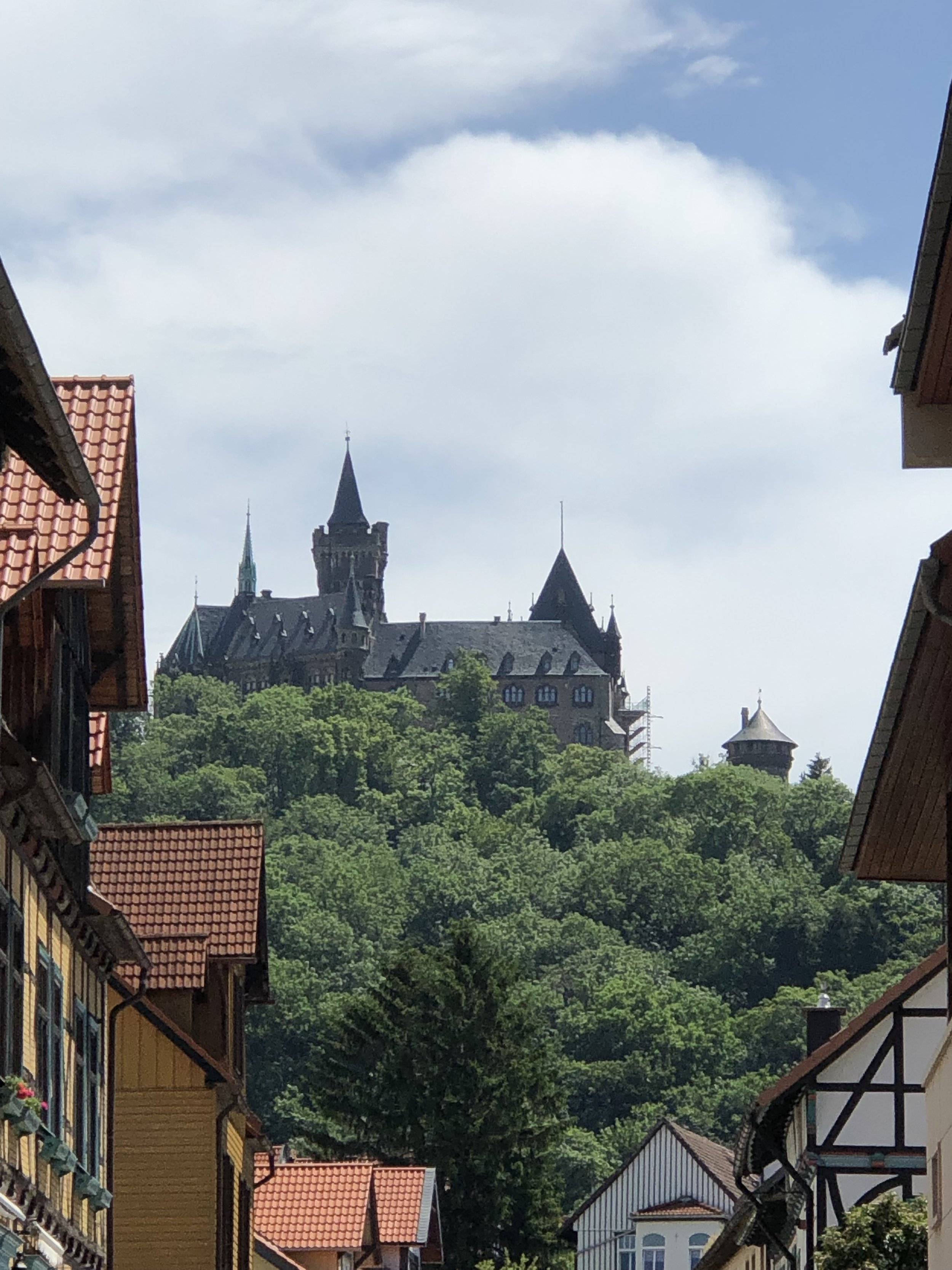 Von verschiedenen Punkten der Altstadt hat man bereits einen tollen Blick auf das Schloss.  ©ADELSWELT