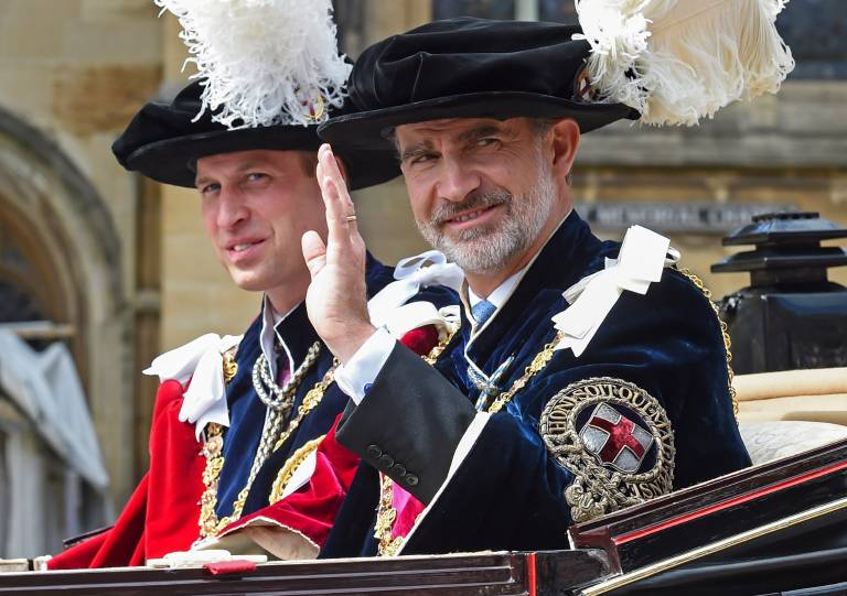 Die Ordensmitglieder tragen die Ordenskette samt Ordenszeichen, blaue Samtroben und Hüte mit weißen Federn. Auch Prinz William wurde bereits in den Orden aufgenommen.  ©imago images / Agencia EFE