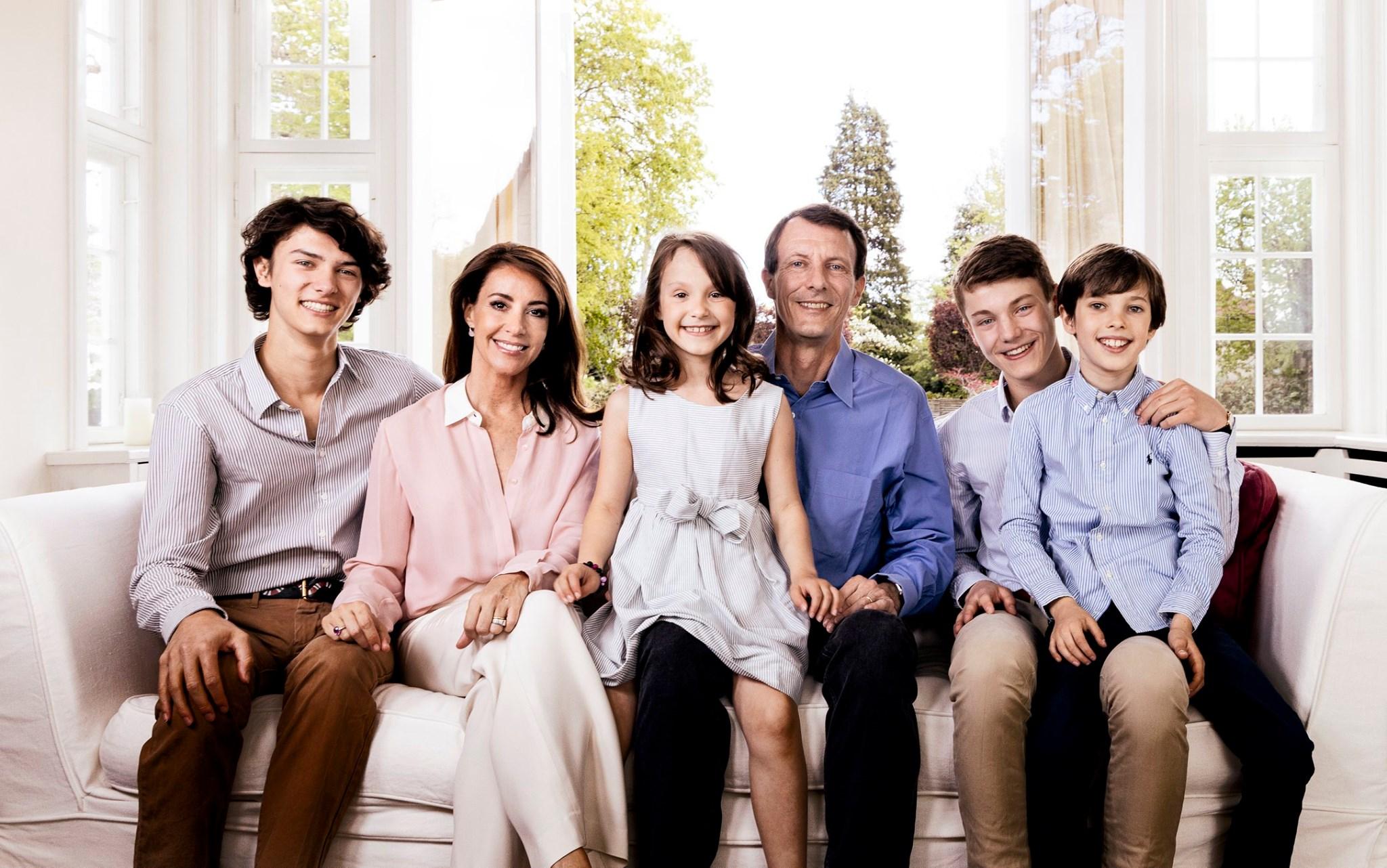 Eine glückliche Patchworkfamilie: Prinz Nikolai, Prinzessin Marie, Prinzessin Athena, Prinz Joachim, Prinz Felix und Prinz Henrik (v.l.n.r).  ©Steen Brogaard, Kongehuset.dk