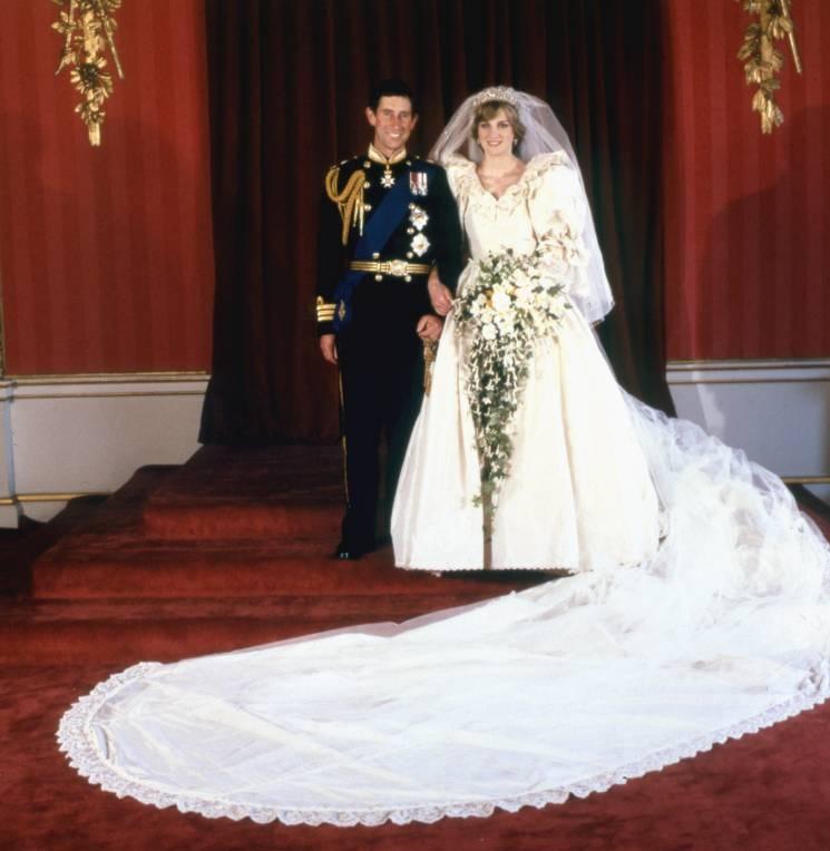 Am 29. Juli 1981 heirateten Prinz Charles und Diana Spencer. Die Designer ärgerten sich hinterher, dass das Hochzeitskleid durch die Kutschfahrt völlig zerknittert war.  ©imago images / United Archives