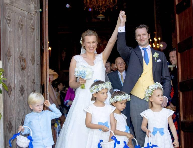 Unter Jubel verlässt das Brautpaar die Montes-Sion-Kirche auf Mallorca.  ©Imago