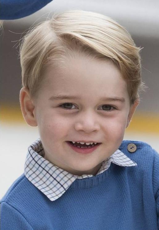 Prinz George ist ein großer Fan von Roger Federer. Kürzlich durfte er sogar mit ihm Tennis spielen.  © Imago