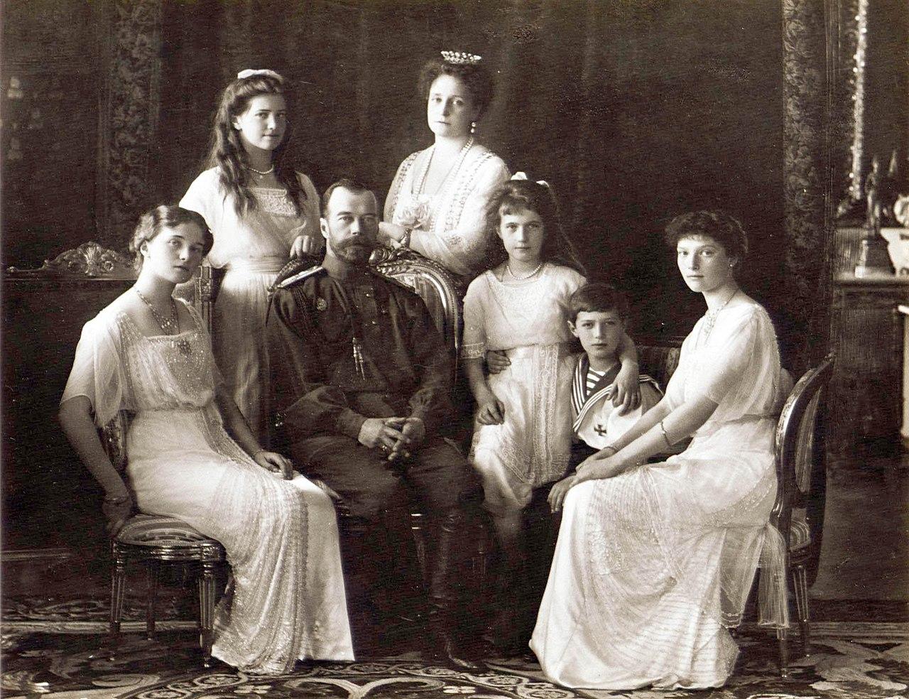 Zar Nikolaus II. und seine Ehefrau Alexandra mit den vier Töchtern Olga, Tatjana, Anastasia Maria sowie Sohn Alexis. Sie alle wurden währen der Revolution ermordet.  © Gemeinfrei